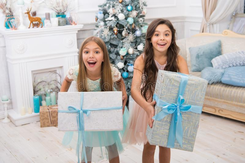 Regalos de la Navidad de la entrega muchachas de los pequeños niños con el presente de Navidad Feliz Año Nuevo las pequeñas herma imagen de archivo libre de regalías