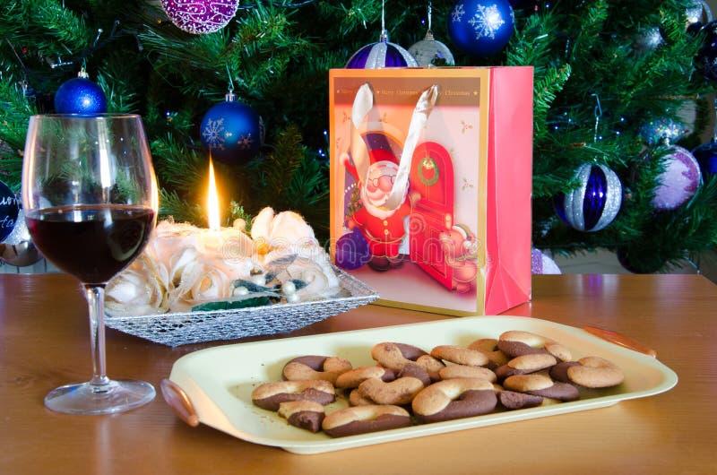 Regalos de la Navidad, galletas de la galleta, vela y vino rojo fotos de archivo libres de regalías