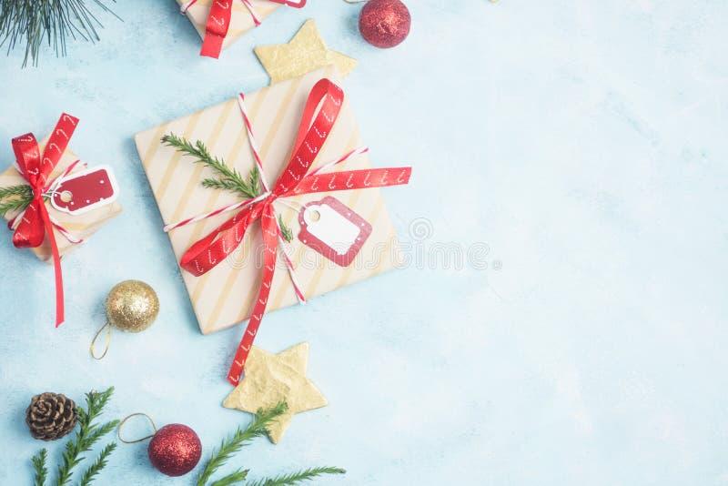 Regalos de la Navidad de la opinión superior de la endecha y estrellas planos del oro con los juguetes en la tabla azul libre illustration
