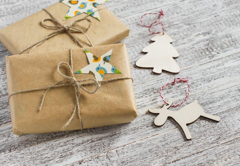 Regalos de la Navidad y decoraciones de la Navidad imagenes de archivo