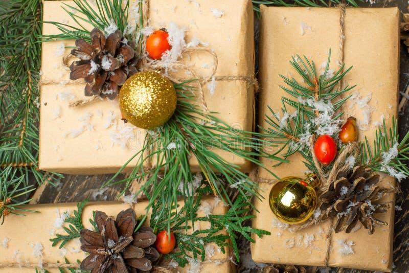 Regalos de lujo del Año Nuevo, diversas actuales cajas debajo del árbol de navidad en la víspera del día de fiesta, celebración d fotos de archivo