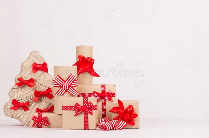 Regalos de Navidad alrededor del árbol de navidad en la tabla de madera blanca con el espacio de la copia Plantilla para su publi foto de archivo libre de regalías