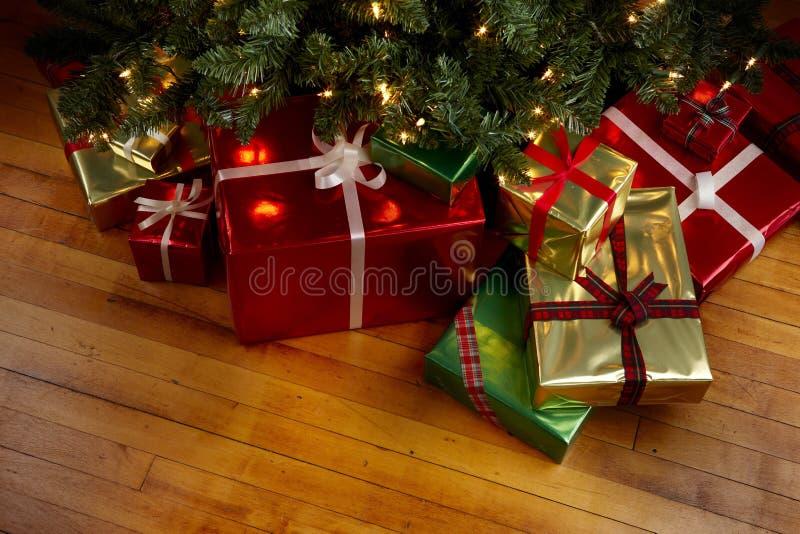 Regalos de Navidad bajo un árbol de navidad imagen de archivo libre de regalías