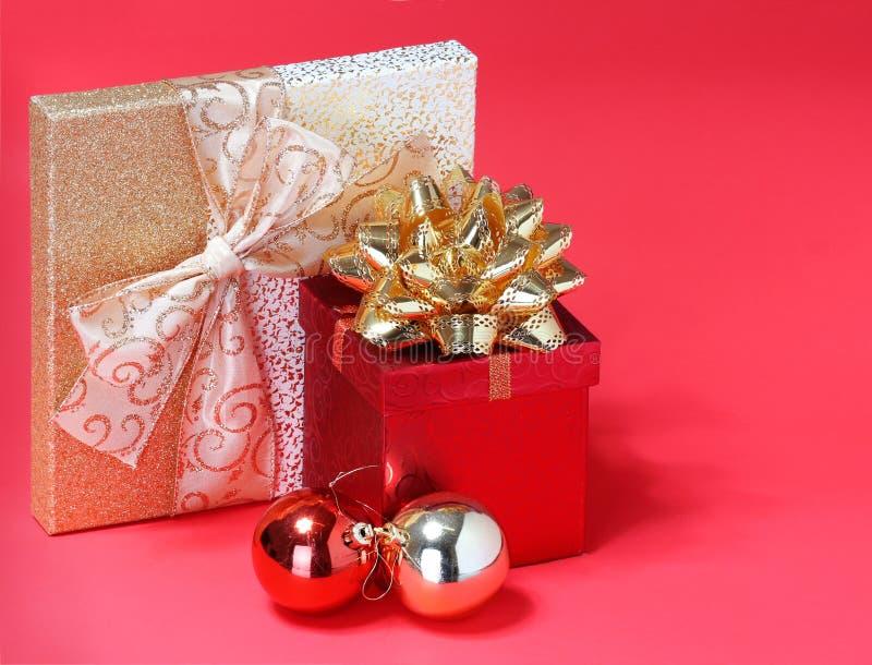 Regalos de Navidad. Cajas de regalo con el arco del oro imagen de archivo
