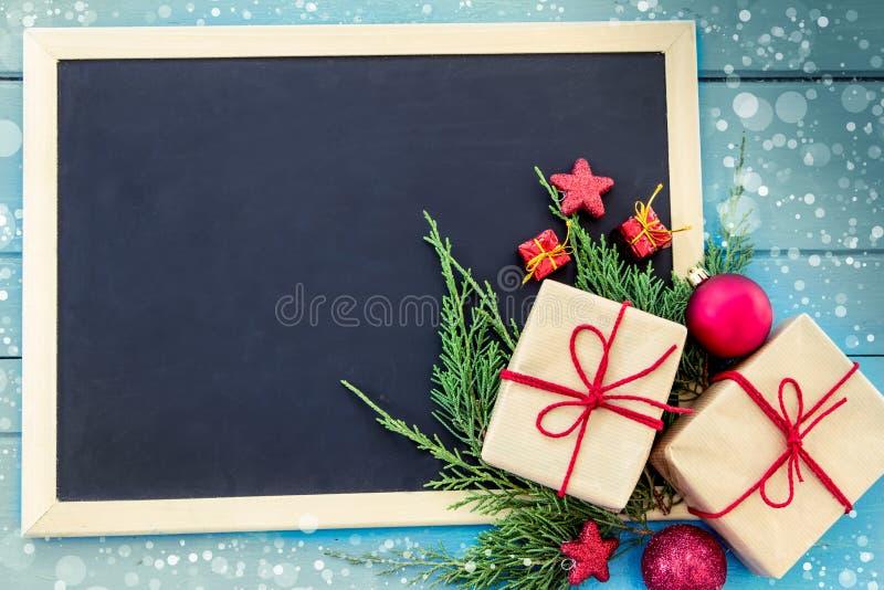 Regalos de Navidad con la decoración y la pizarra imágenes de archivo libres de regalías