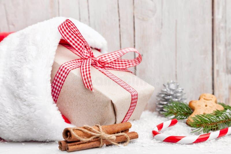 Regalos de Navidad con nieve en fondo de madera fotografía de archivo