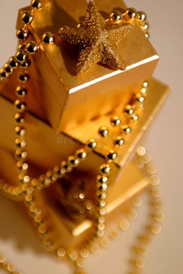 Regalos de Navidad del oro foto de archivo