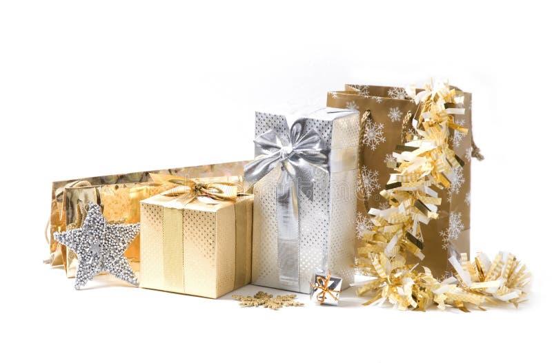 Regalos de Navidad del oro y de la plata fotos de archivo