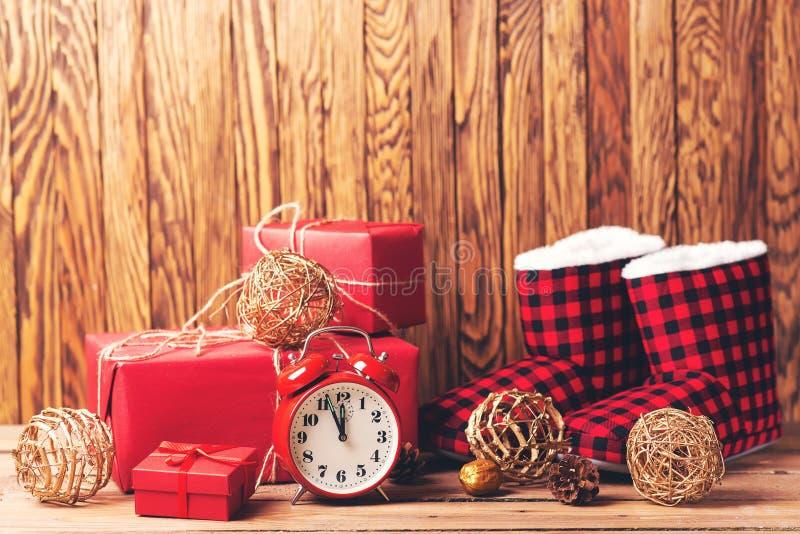 Regalos de Navidad en cajas rojas en la tabla de madera Fondo de la Navidad con las decoraciones Concepto de las vacaciones de in fotografía de archivo libre de regalías