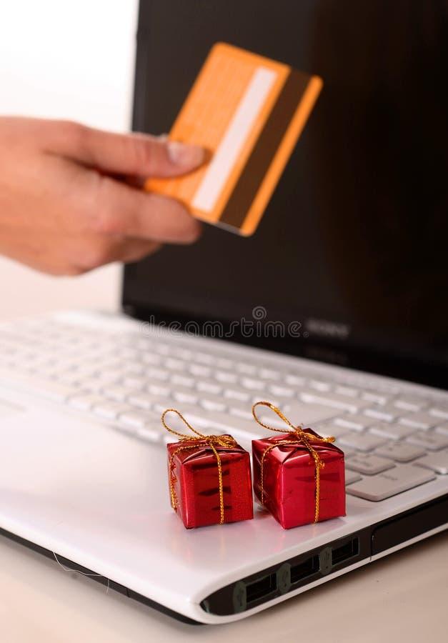 Regalos de Navidad en el teclado de ordenador fotos de archivo