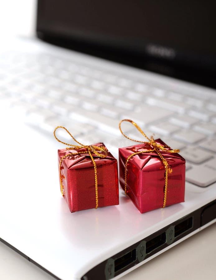 Regalos de Navidad en el teclado de ordenador imágenes de archivo libres de regalías