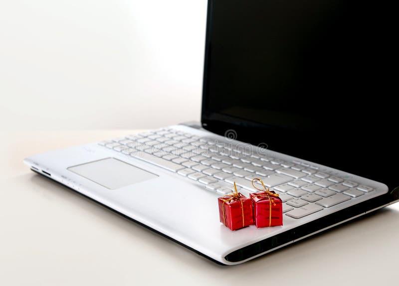 Regalos de Navidad en el teclado de ordenador fotos de archivo libres de regalías