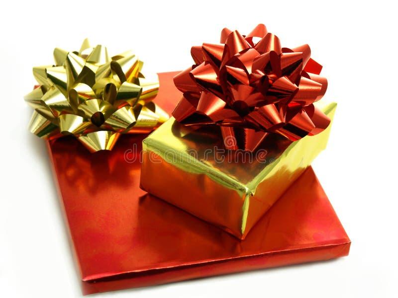Regalos de Navidad en envolturas brillantes de la hoja fotografía de archivo libre de regalías