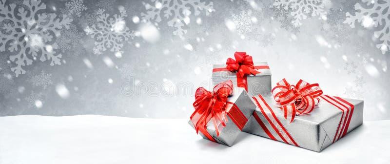 Regalos de Navidad en fondo de la nieve imágenes de archivo libres de regalías