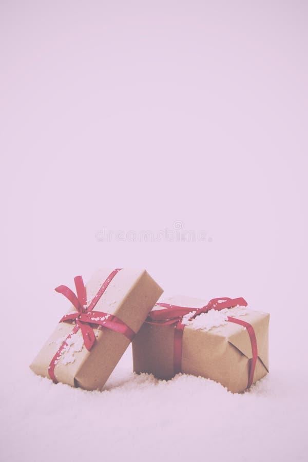 Regalos de Navidad en papel marrón con el vintage rojo de la cinta retro imagen de archivo libre de regalías