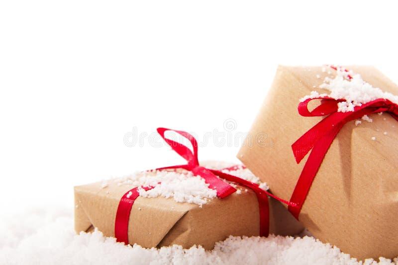Regalos de Navidad en papel marrón con la cinta roja fotos de archivo libres de regalías