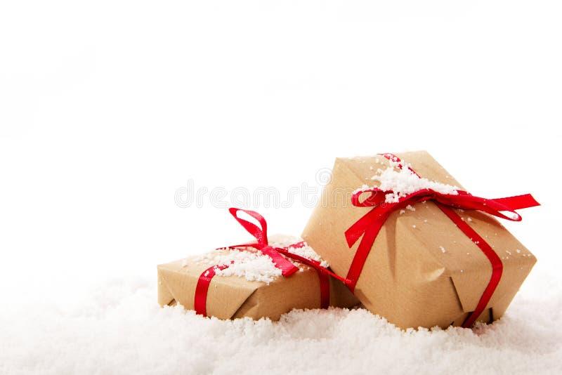 Regalos de Navidad en papel marrón con la cinta roja imágenes de archivo libres de regalías