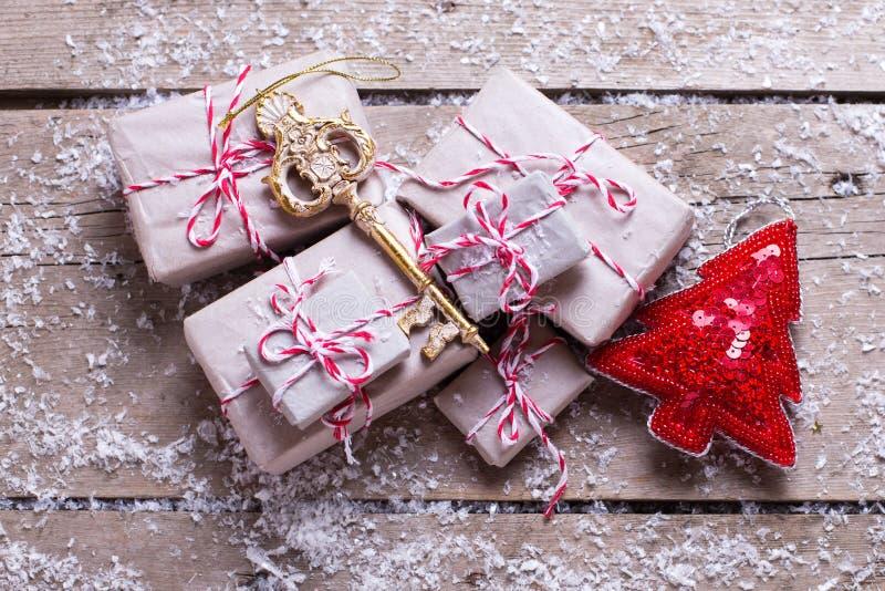 Regalos de Navidad envueltos, árbol dominante y decorativo de la piel en envejecido foto de archivo libre de regalías