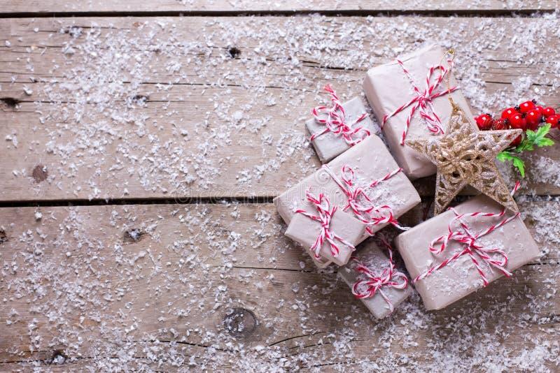 Regalos de Navidad envueltos, estrella decorativa y bayas en envejecido imagenes de archivo
