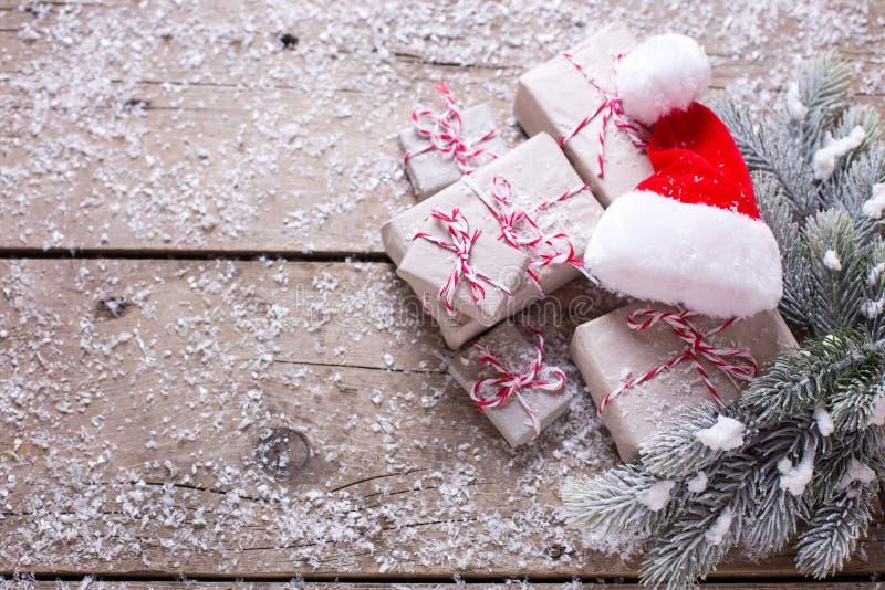 Regalos de Navidad envueltos, sombrero decorativo y ramas f de Papá Noel foto de archivo libre de regalías