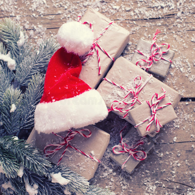 Regalos de Navidad envueltos, sombrero decorativo y ramas f de Papá Noel fotografía de archivo