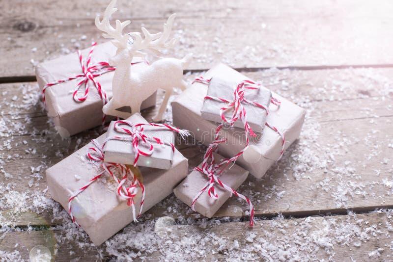 Regalos de Navidad envueltos y ciervos decorativos en vagos de madera envejecidos fotografía de archivo libre de regalías