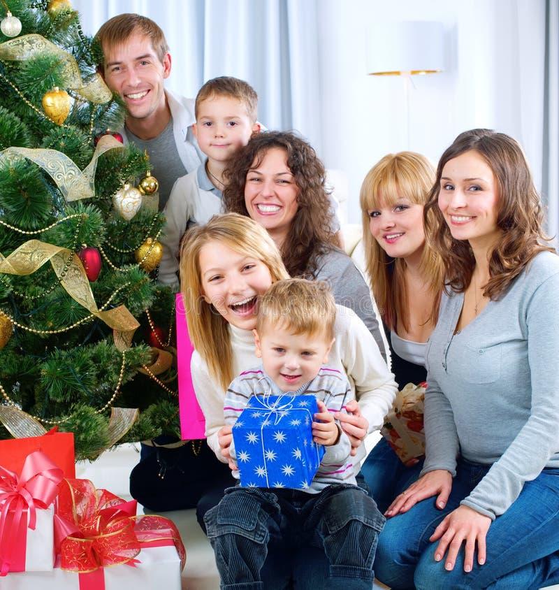 Regalos de Navidad grandes felices de la explotación agrícola de la familia en el hom foto de archivo