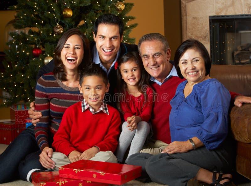 Regalos de Navidad multi de la apertura de la familia de la generación fotografía de archivo libre de regalías