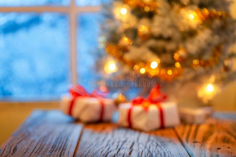 Regalos de Navidad y árbol borrosos para la exhibición o el montaje foto de archivo libre de regalías