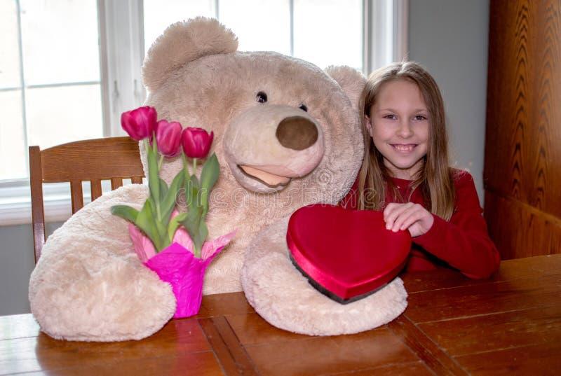 Regalos de San Valentín de su oso favorito fotografía de archivo libre de regalías