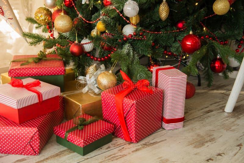 Regalos debajo de una picea de la Navidad fotos de archivo libres de regalías