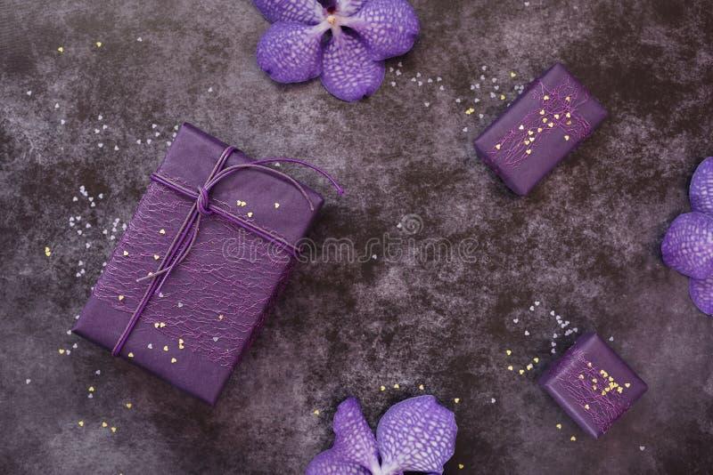 Regalos del arte y flores hechos a mano de la orquídea en fondo oscuro imágenes de archivo libres de regalías