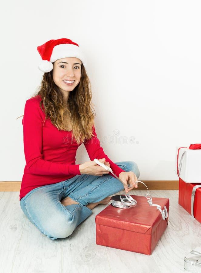 Regalos del embalaje de la mujer de la Navidad imagen de archivo
