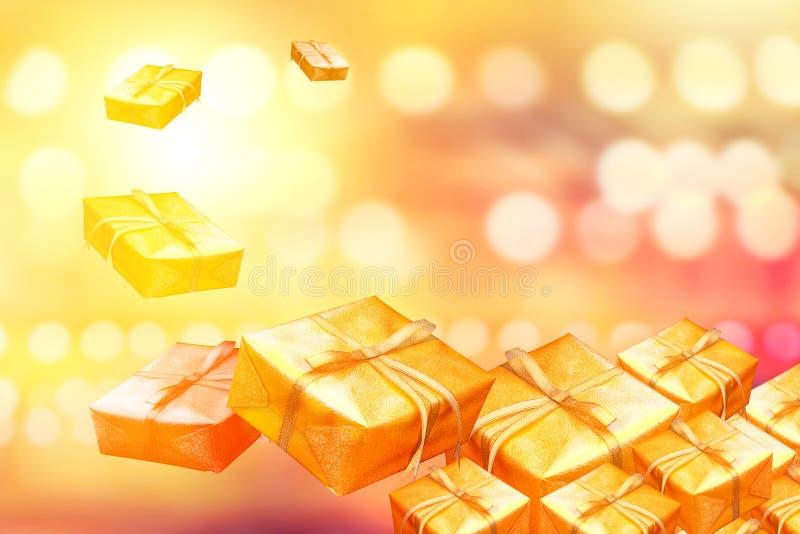 Regalos del oro del Año Nuevo en una pila en fondo del oro foto de archivo libre de regalías