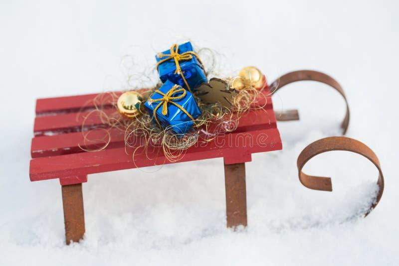 Regalos en el trineo en la nieve fotos de archivo