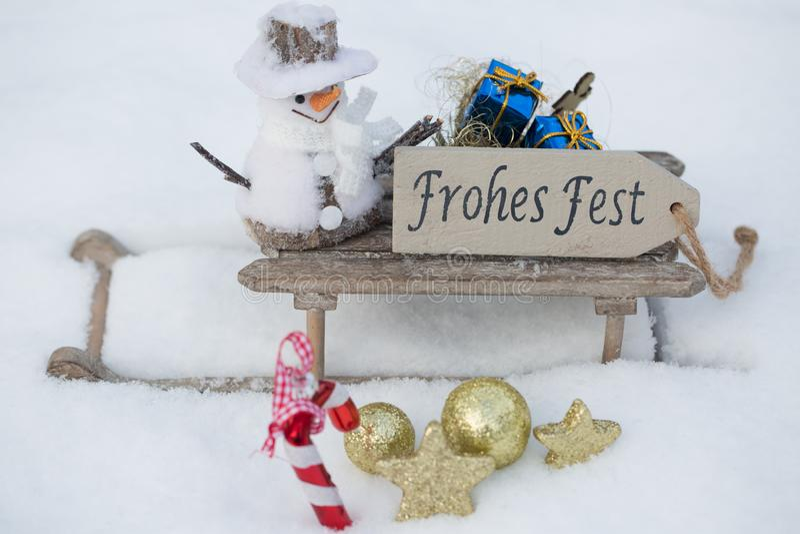 Regalos en el trineo en la nieve imágenes de archivo libres de regalías