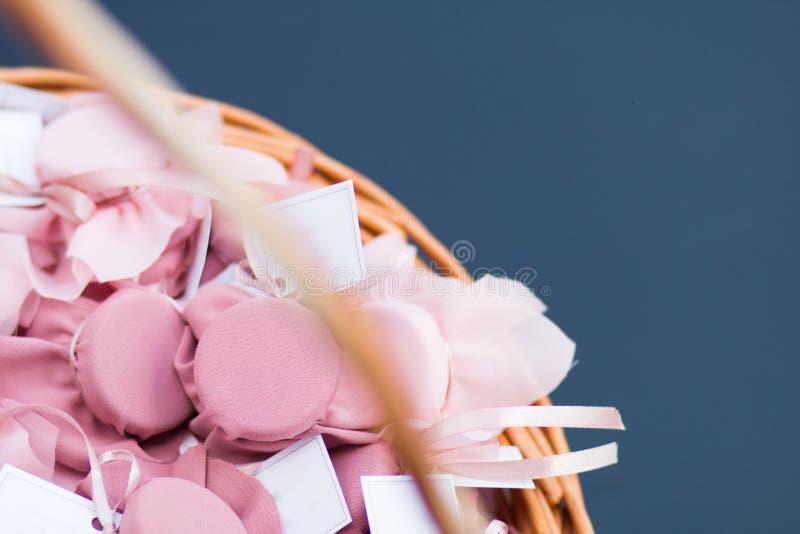 Regalos en la cesta foto de archivo libre de regalías