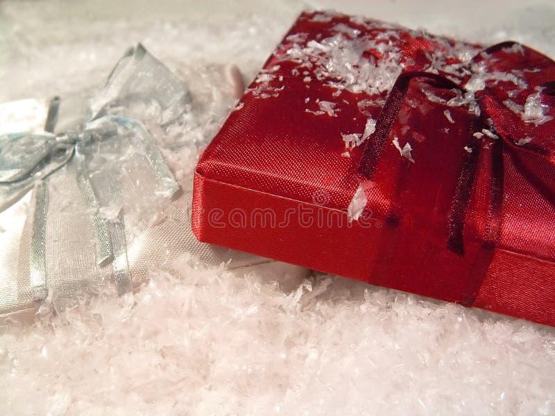 Regalos en la nieve 2 imagen de archivo