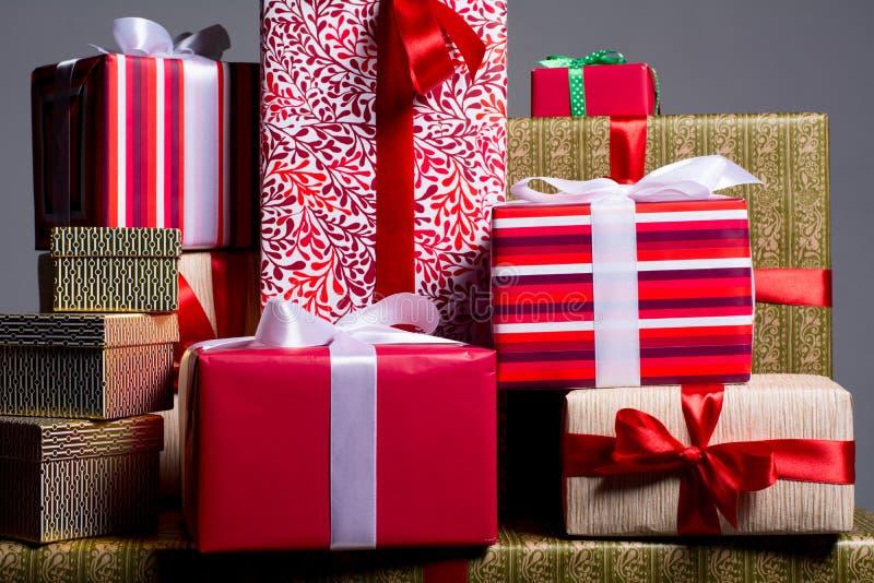 Regalos en un fondo rojo por un día de fiesta, la Navidad, aniversario imagenes de archivo