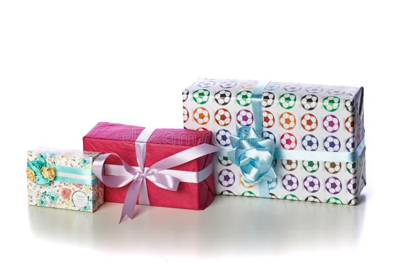 Regalos en una tabla fotografía de archivo libre de regalías