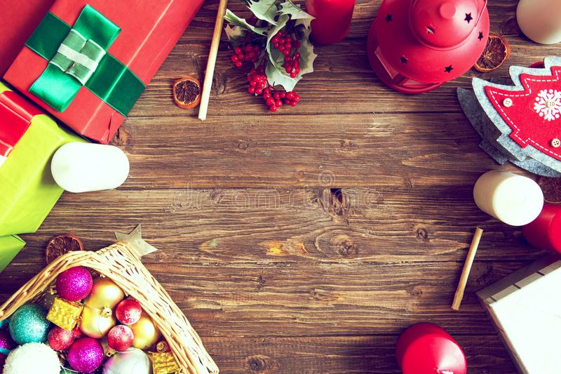 Regalos en una tabla rústica de madera con el espacio de la copia La Navidad Visión desde arriba Endecha plana fotos de archivo