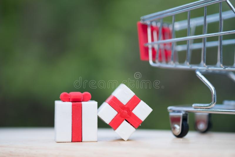 Regalos envueltos de la Navidad con el backgroud del carro de la compra fotografía de archivo libre de regalías