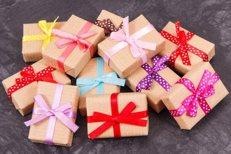Regalos envueltos para la Navidad, la tarjeta del día de San Valentín o el cumpleaños imágenes de archivo libres de regalías