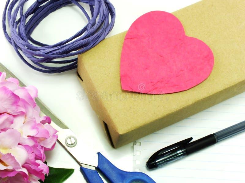 Regalos hermosos con las flores y cuerda decorativa con el cuaderno foto de archivo
