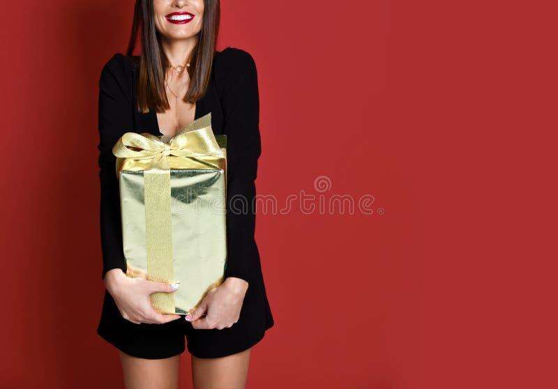 Regalos hermosos de los regalos de Navidad del oro del control de la mujer para la celebración del Año Nuevo foto de archivo libre de regalías