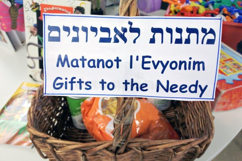 Regalos a la cesta necesitada en el día de fiesta judío de Purim fotos de archivo