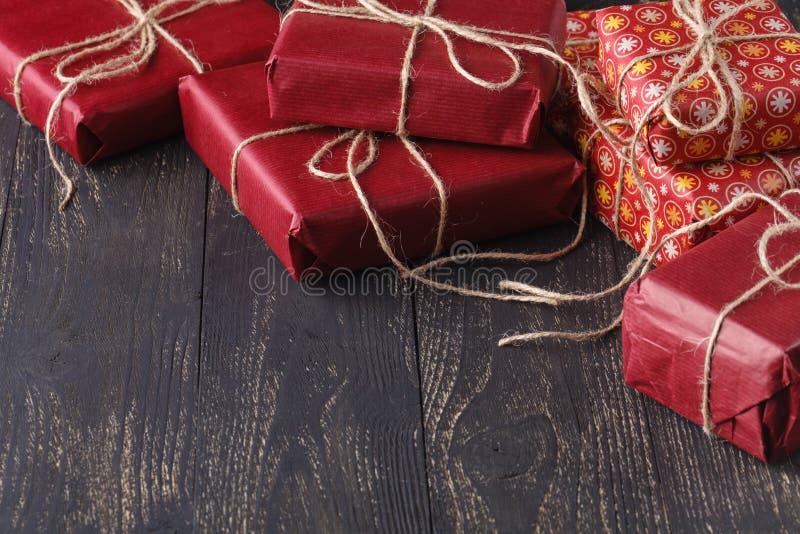 Regalos modernos en una tabla rústica de madera con el espacio de la copia Navidad fotografía de archivo