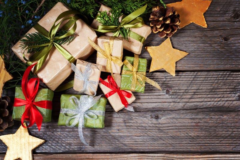 Regalos modernos en una tabla rústica de madera con el espacio de la copia La Navidad Visión desde arriba fotos de archivo libres de regalías