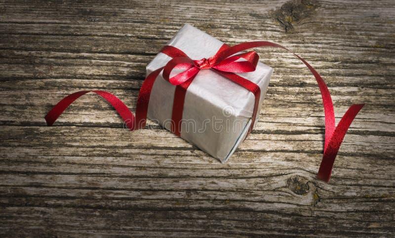 Regalos navideños sobre fondo de madera antigua. A?o Nuevo, tarjeta del d?a de San Valent?n y cualquier concepto de los d?as de f fotos de archivo