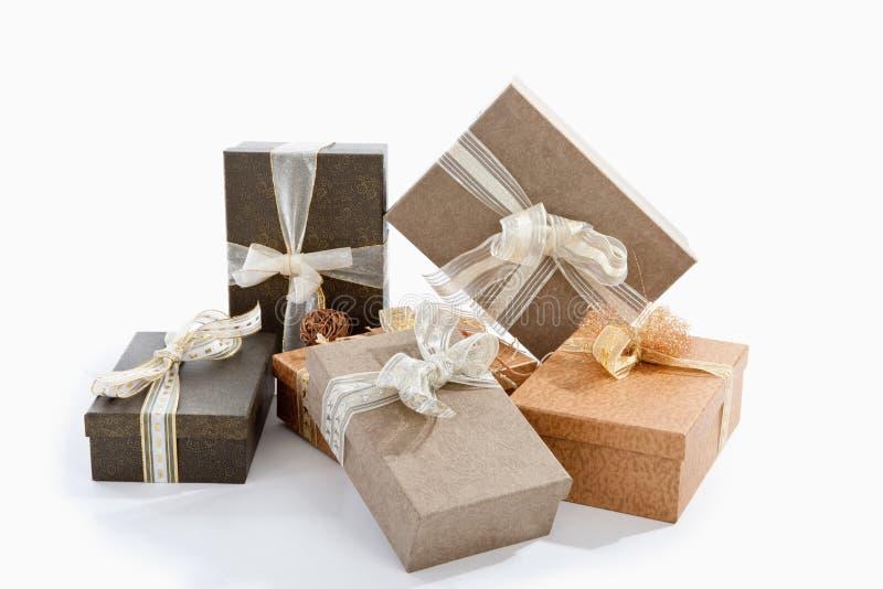 Regalos, paquetes y presentes de la Navidad contra el fondo blanco imagen de archivo